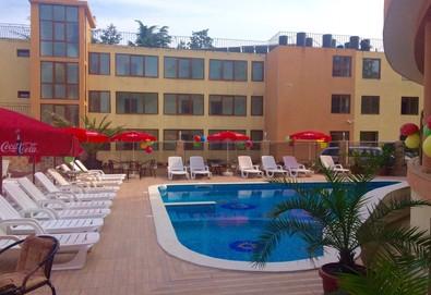 На море в Китен! Нощувка със закуска, обяд и вечеря в хотел Sunny Paradise 3*, ползване на басейн с джакузи и детски басейн, безплатно за дете до 5.99 г. - Снимка