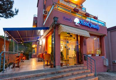Почивка на супер цена в хотел Джемелли 2*, Обзор! Нощувка с възможност за закуска, обяд и/или вечеря, ползване на сауна и халат - Снимка