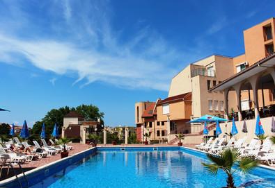 На море в Созопол в ТОП сезона! Хотел Хера 3*, в местност Буджака до плажа Харманите! Нощувка и закуска на блок маса, настаняване в двойна стая, ползване на басейн, шезлонги и чадъри, безплатен паркинг към хотела - Снимка
