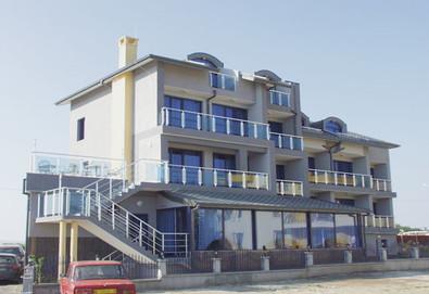 Почивайте на 50 метра от плажа в Бутиков Хотел Роял 3*, Несебър! 1 нощувка със закуска, ползване на басейн, безплатно за дете до 2.99г.  - Снимка