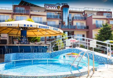 Незабравимо лято в хотел Съни 3*, Созопол! Нощувка със закуска и вечеря на 50 м. от плажа, ползване на басейн, шезлонг и чадър, безплатно за дете до 1.99г.! - Снимка