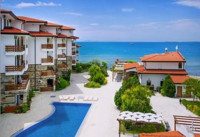 1 нощувка в Апартхотел Robinson VIP Apartmets на първа линия на плажа в Елените + басейн,чадър и шезлонг - Снимка