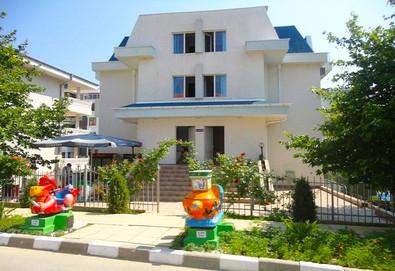 Цяло лято в Къща за гости Дейзи, Свети Влас! Нощувка на 80 м. от плажа, ползване на открит сезонен басейн и детски кът, безплатно за дете до 11.99 г.  - Снимка
