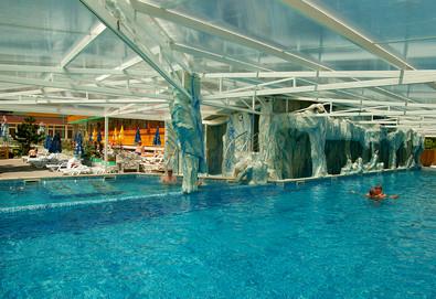 Почивайте през зимата в Балнеохотел Аура 3*, Велинград! Нощувка със закуска и вечеря, ползване на уелнес пакет - минерални басейни, контрастен басейн, сауна, парна баня и тропически душ, безплатно за дете до 3.99 г. - Снимка