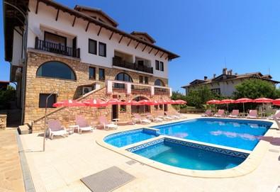 Почивка в Хотел Винпалас 2*, Арбанаси! Нощувка със закуска и вечеря, ползване на парна баня, външен и вътрешен топъл басейн, безплатно за деца до 3.99 г - Снимка