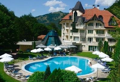 Почивайте през  лятото в хотел Евъргрийн Палас 3*, Рибарица! 1 или 2 нощувки със закуски и вечери, ползване на външен басейн, безплатно за дете до 6г.! - Снимка