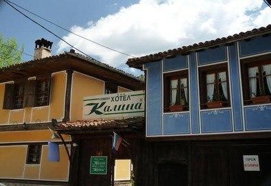 Есенна почивка в живописната Копривщица! Семеен хотел Калина, 1 нощувка със закуска в красивата възрожденска къща в центъра на града, сред зеленина и цветя! Безплатно за дете до 3г.,  WiFi, паркинг - Снимка