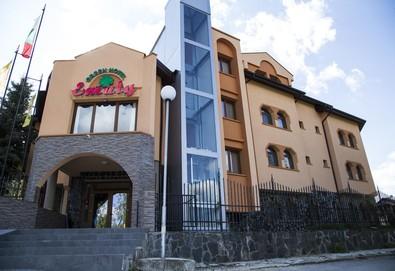 Почивка през август или септември в хотел Емали грийн 3*, Сапарева баня! Нощувка със закуска и вечеря, ползване на джакузита с минерална вода, безплатно настаняване за дете до 3.99г. - Снимка