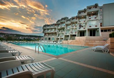 Почивка през май или юни в хотел Панорама в Сандански! 1 нощувка със закуска или закуска и вечеря, ползване на външен басейн и безплатно настаняване на дете до 3.99г. - Снимка