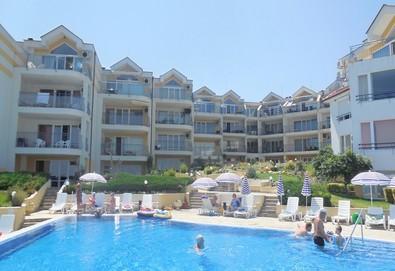 """Почивка в Созопол  от май до септември, в Апартхотел """"Панорама"""", местност Буджака! 7 нощувки в апартаменти с 1 или 2 спални с оборудван кухненски бокс, климатици,външен басейн, шезлонги и чадъри, вътрешен двор - градина, хотела е на първа линия над морето - Снимка"""