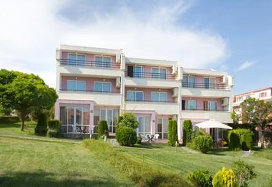 Почивйте на 30 м. от плажа в Хотел Rainbow Houses, Свети Влас! Нощувка за двама в двойна стая или студио - Снимка