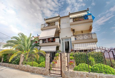 8 Март в Keramoti Vacations Apartments!  2 или 3 нощувки в апартамент на 100 м. от плажа по време на Карнавала в Ксанти, карта с 10 % отстъпка за определени заведения, безплатно за дете до 5.99 г.  - Снимка