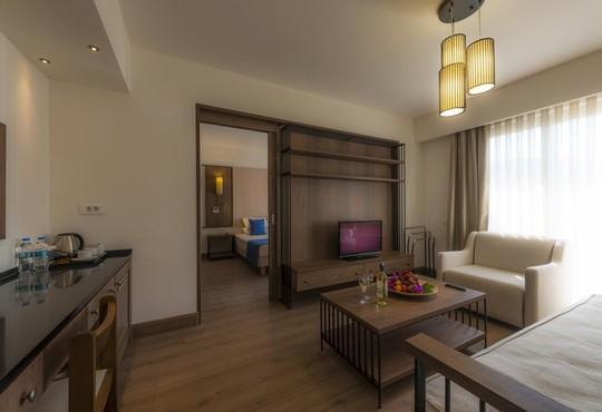 Liv Hotel By Bellazure - снимка - 3