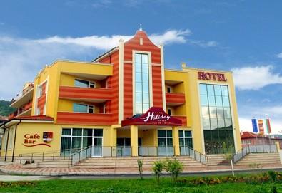 Почивайте в СПА Хотел Холидей 4*, Велинград! Нощувка със закуска, ползване на минерален басейн, сауна, парна баня, зала за релакс, открит басейн с хидромасажна пейка - Снимка