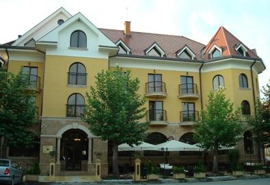 Почивайте в хотел Чинар 3*, Хисаря! 1 или повече нощувки със закуски или друг вид изхранване по избор, ползване на СПА и открит басейн - Снимка